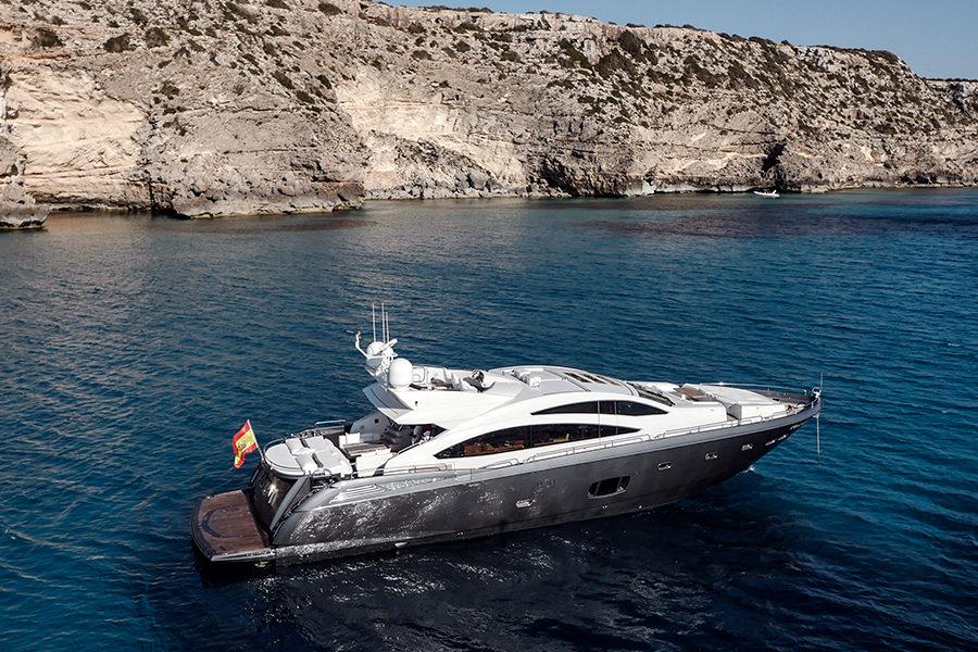 boat-renting-ibiza-superyacht-sunseeker-predator-84-alvium-0
