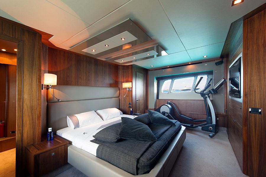 boat-renting-ibiza-superyacht-sunseeker-predator-84-alvium-8